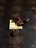 Weiße Schokolade, Vollmilchschokolade und Zartbitterschokolade in Stückchen