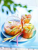 Eiskalte Sangria mit Sommerfrüchten