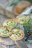 Kleine Zucchini-Tartes mit Kräutern