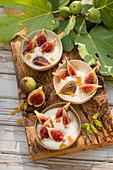 Griechischer Joghurt mit Feigen, Sultaninen und Honig