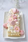 Frühlingskuchen mit Cremetupfen, Macarons und Blütendeko