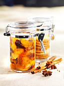 Trockenfrüchte-Kompott mit Gewürzen im Bügelglas