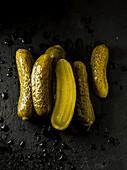 Gewürzgurken auf schwarzem Untergrund