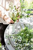 Weiße Wiesenblumen für Blumenstrauß