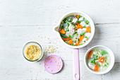 Hühnersuppe mit Gemüse und Buchstabennudeln