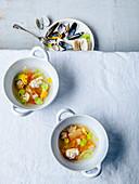 Garnelen-Brühe mit Muscheln und rohen Tomaten