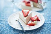 Ein Stück Tofu-Käsekuchen mit Erdbeeren