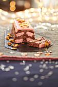 Erdbeer- und Schokoladenterrine mit karamellisierten Mandeln (Weihnachtsdessert)