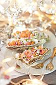 Lachs- und Jakobsmuscheltartar serviert in Austernschalen (weihnachtlich)