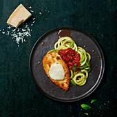 Hähnchenschnitzel mit Mozzarella dazu Zoodles mit Tomatensauce