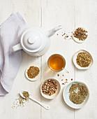 Verschiedene Kräuter- und Pflanzenmischungen für Tee