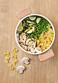 Zutaten für Farfalle mit Erbsen, Zucchini und Champignons