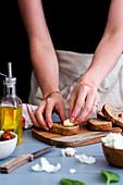 Röstbrot mit Tomaten zubereiten: Brotscheiben mit Knoblauch einreiben