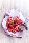 Rohes Rindfleisch, in Stücke geschnitten als Zutat für Boeuf Bourguignon