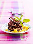 Mille-feuille mit Schokoladenmousse und Ananassauce