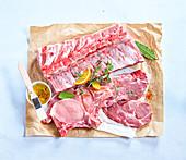 Verschiedene rohe Fleischteile vom Schwein
