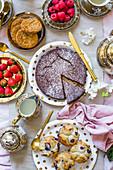 Teatime: Schokoladenkuchen, Heidelbeermuffins und frisches Obst