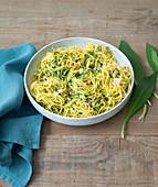 Spaghetti mit Bärlauchpesto, Pinienkernen und Parmesan
