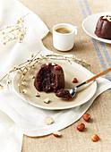 Schokoladen-Haselnuss-Küchlein mit flüssigem Kern  und Haselnüssen