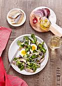 Feldsalat mit Hering und hartgekochtem Ei