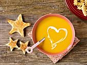 Kastanien-Kürbissuppe mit Sahne-Herz und Toast-Sternen