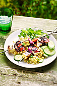 Halloumi-Spieß mit Chorizo und roten Zwiebeln dazu Weizensalat mit Gurken