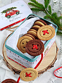 Knopfförmige Mürbeteigkekse mit Schokoladen- und Vanillegeschmack