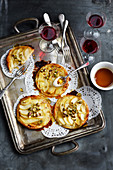 Tartelettes mit Mandelcreme, Birnen, Honig und Pistazien