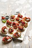 Bruschetta mit Erdbeeren und Mozzarella