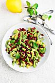 Avocadosalat mit Kiwi, Granatapfelkernen und Minze