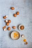 Aufgeschlagene Eier in einer Schüssel