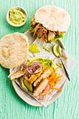 Knuspriges Hähnchen-Pita mit Avocado-Hummus und rohem Gemüse