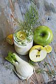 Smoothie mit Sojamilch, Apfel und Fenchel