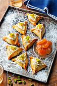 Teigtaschen mit Frischkäsefüllung, getrockneten Aprikosen und Pistazien