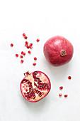 Granatapfel, ganz und halbiert