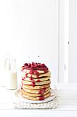 Ein Stapel Pancakes mit Kirschkompott