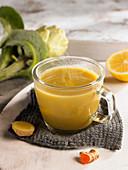 Brühe aus Artischocken, Miso, Kurkuma, Ingwer und Zitronen