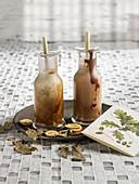 Herbstlicher Chai-Milchshake in Glasflaschen