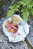 Ostergebäck in Hasenform serviert mit Kaffee