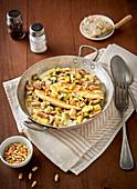 Hähnchenpfanne mit Champignons, Zucchini, Gorgonzola und Pinienkernen