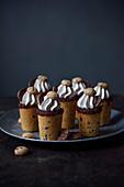 Becherförmiges Schokoladengebäck mit Sahne