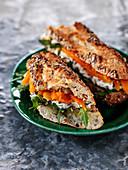Baguette-Sandwich mit Blauschimmelkäse, Kürbis und Rucola