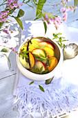 Süße Suppe mit Pfirsich und Nektarine, Eisenkraut und Vanille