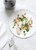 Geflügelbrust vom Bressehuhn mit Pilzen und Champagnersauce