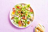 Caesar Salat mit Hähnchenbrust und hartgekochtem Ei