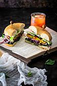 Vegetarisches Bagel-Sandwich mit Orangen-Thymian-Drink