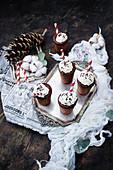 Winterliche Schokoladengebäck-Becher mit Sahne und Strohhalm