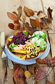 Wintersalat mit Lachs, Rotkohl, Gurke und Getreide