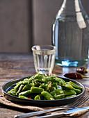 Erbsenschoten mit Rosmarin als Gemüsebeilage