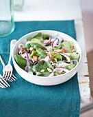 Konjak-Salat mit Feldsalat, roten Zwiebeln und Mandeln